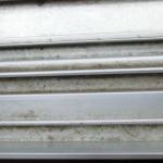 窓の桟の間部分の重曹での掃除前